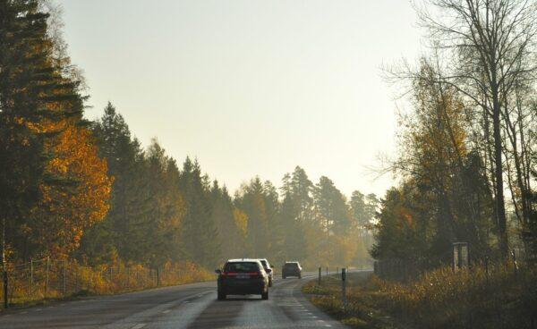 La voiture de sport Saab 9-5 et Saab 9-4x en route en Suède