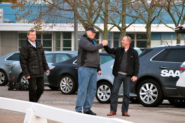 O CEO da Saab Alemanha, Jan-Philipp Schuhmacher, gerente de marketing Henrik Claesson, gerente de vendas pós-vendas Mike Helfer, na frente da fábrica de Saab