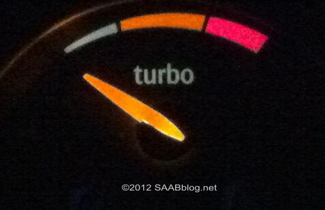 Indicador de presión de sobrealimentación Saab Turbo X, recepción luminosa en la noche