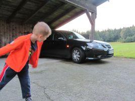 El traje deportivo Saab 9-3 y el hijo de Christian, también fanático de Saab. Foto por Christian