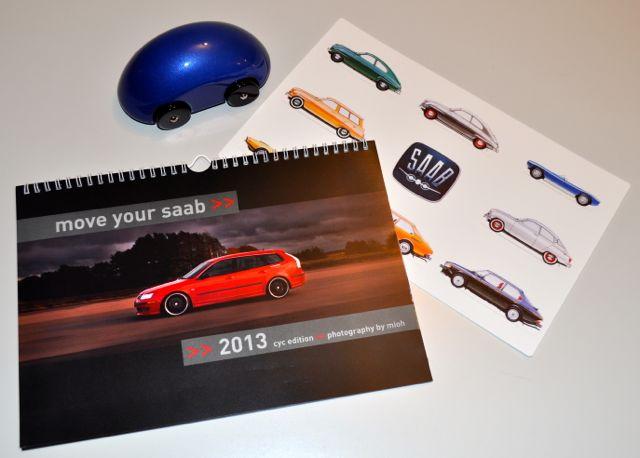 Saab Weihnachtsgeschenke: Saab-Streamliner, Kalender, Mousepad.