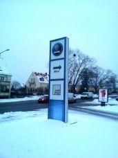 Saab Wegweiser vor dem Mobilforum
