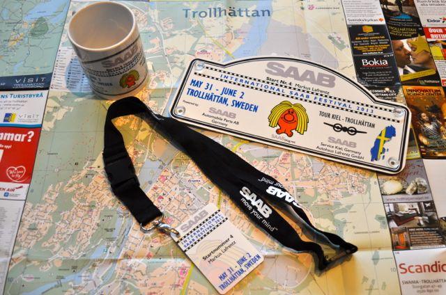 Saab Tour Kiel Trollhattan. Saab Tasse, Rallye Plate, Namensschild.