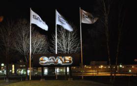Saab flags na frente do complexo Powertrain