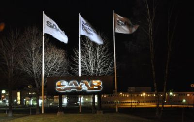 Saab flags na frente do complexo Powertrain