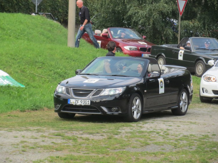 Esperando no Saab conversível no palco especial.
