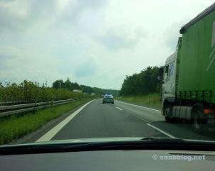 Saab rencontre le directeur de course. Rien ne fonctionne plus. Mais pas sur la Saab. Une Audi avait quitté l'autoroute involontairement.