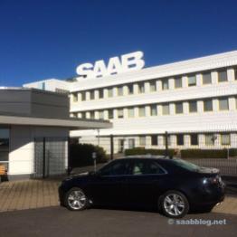 Saab 9-5 NG frente a la puerta principal.