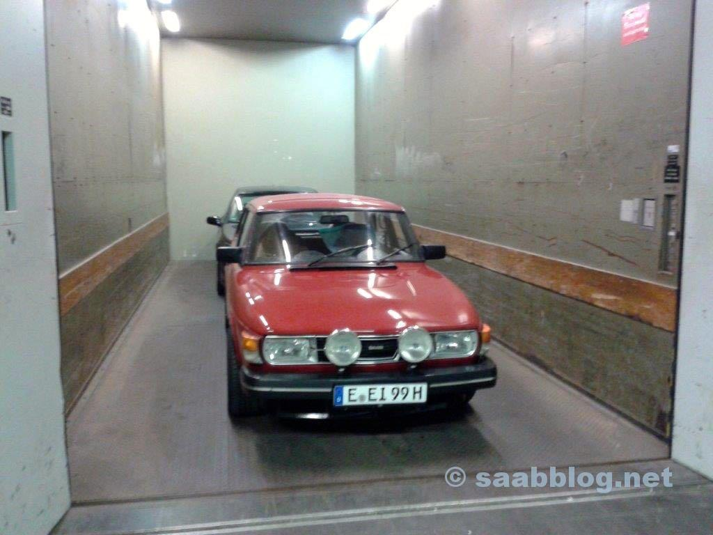 Essen Motorshow. Saab fährt Fahrstuhl