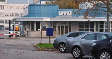 Hoofdportaal van Saab-fabriek. Herfst 2011.