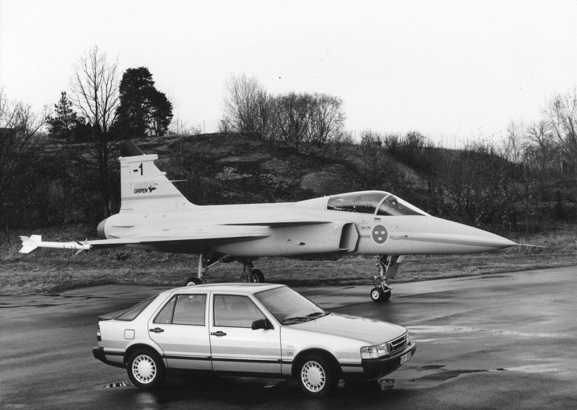 Saab high-tech du 80er. JAS 39 Gripen et 9000 CC. Image: Saab Automobile AB.
