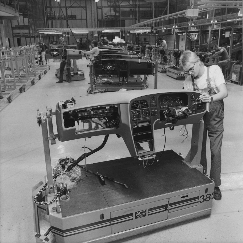 Saab 9000 Produktion. Das Armaturenbrett wir vormontiert.