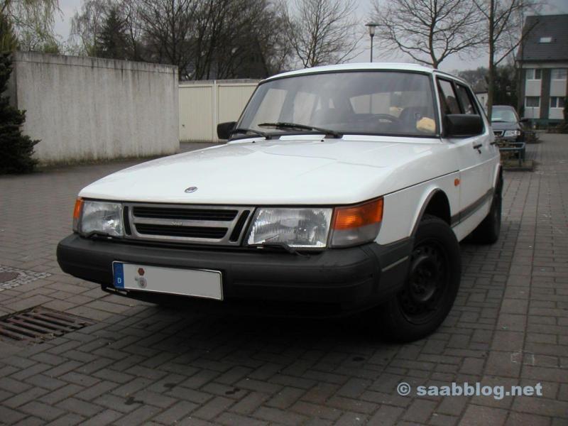 Il vecchio cagnolino. Saab 900.