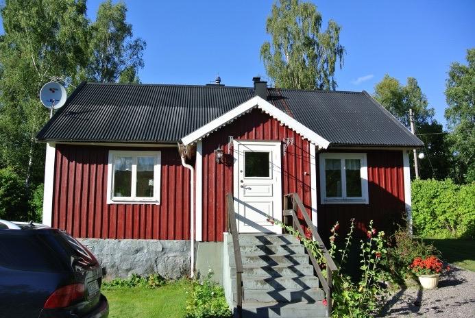 Alle Schweden-Klischees erfüllt: rotes Holzhaus, Saab davor
