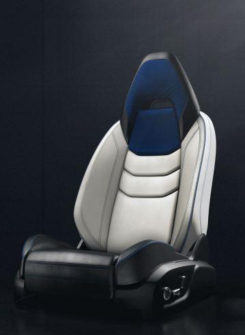 Ausgeformte Sitze im Lync 01. Foto: Lync & Co.
