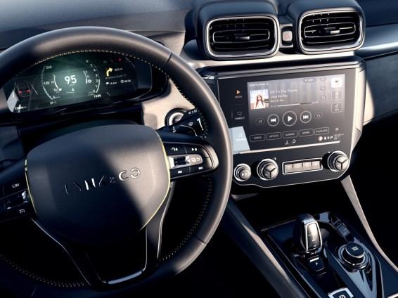 Cockpiten är helt digital med två skärmar. Foto: Lynk & Co.