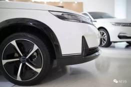 9-3X SUV con nuevas llantas Imagen de diseño: NEVS