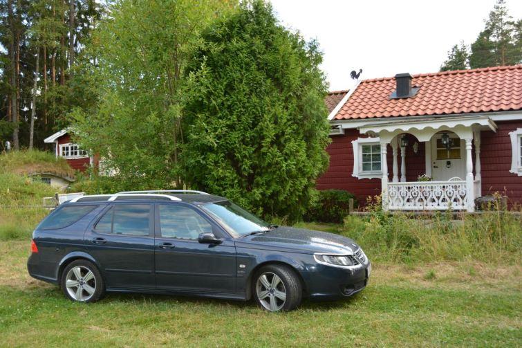 Ferienhaus, typisch schwedisch, und ein typisch schwedisches Auto.