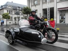 Впереди: победитель в категории мотоциклов, Герхард Шнайдер на коляске BMW R51 / 3 от 1951.