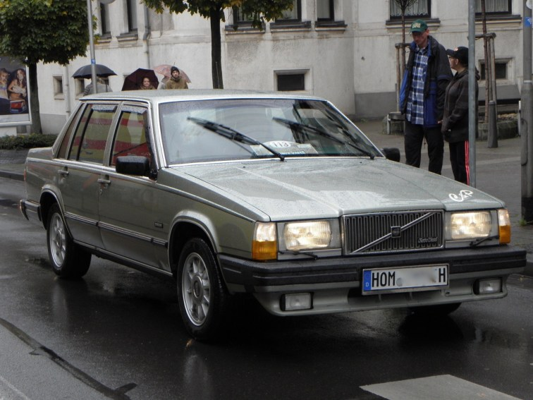 """Det var Volvo fortfarande Volvo! Anton Schneider i 1982er Volvo 760 LGE. Varför denna bil kallades """"tegelsten"""" behöver förmodligen ingen förklaring."""