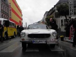Ehre, wem Ehre gebührt (auch wenn es kein SAAB wurde): Robert Pallien im Volvo nimmt den Preis für den Sieger in der Sonderkategorie Alter Schwede aus den Händen von Achim Schmitt entgegen.