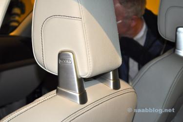 Suporte de cabeça com logotipo da Saab