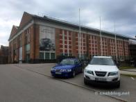 Saab 9-3 Viggen och 9-4x framför museet