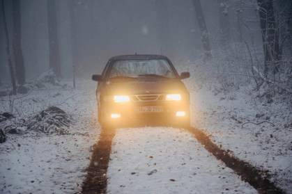 Sulla strada in inverno. Saab di Giusto.