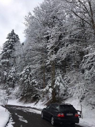 Saab no caminho no inverno. Imagem de Martin