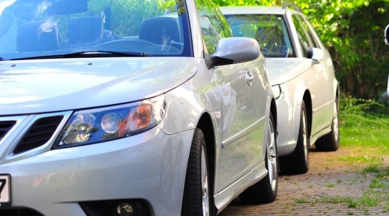 Tankar om att titta på två Saabs (en Saab-familj och deras historia)