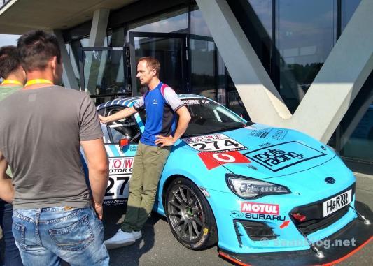 Gara parla con Tim Schrick. Sullo sfondo il Nürburgring BRZ.
