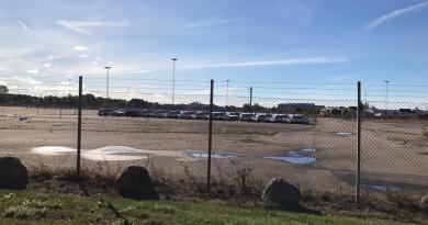 Jours d'automne à Trollhättan. Volvo V60 devant l'ancienne usine Saab.