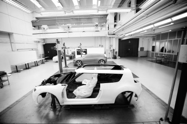 Das Concept Car im Rohbau, im Hintergrund das Tonmodell
