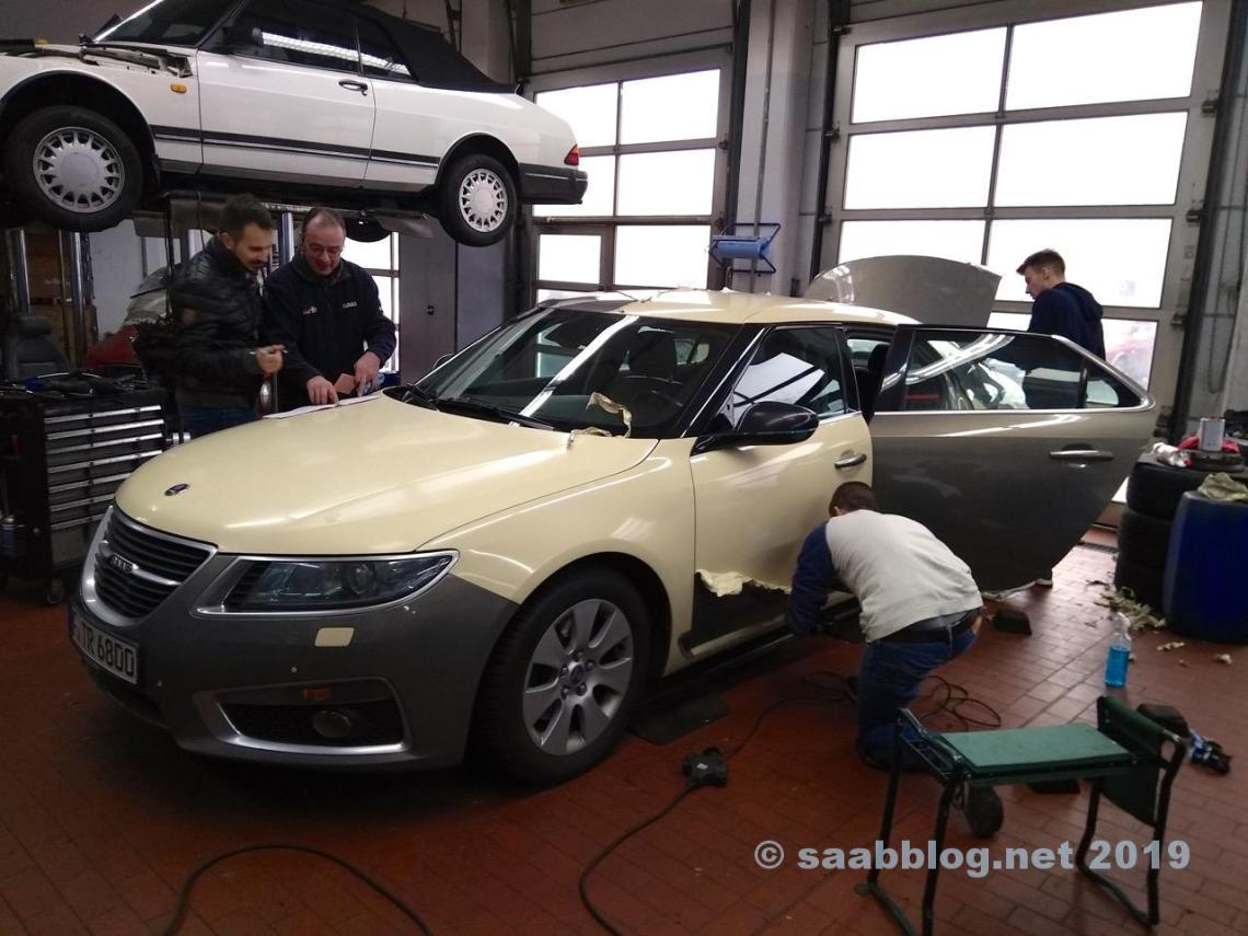 Hoe ziet het eruit onder de folie? Saab Taxi Frankfurt krijgt een nieuwe folie.