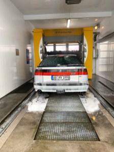 Het is koud, nat, maar de Saab is vies. Op naar de wasstraat.