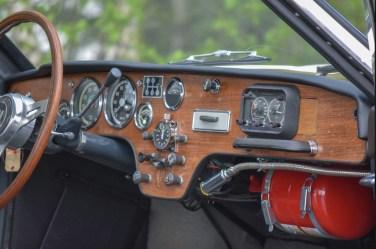 Cockpit sportif avec Halda Speedmaster, montre Heuer et lampe de lecture