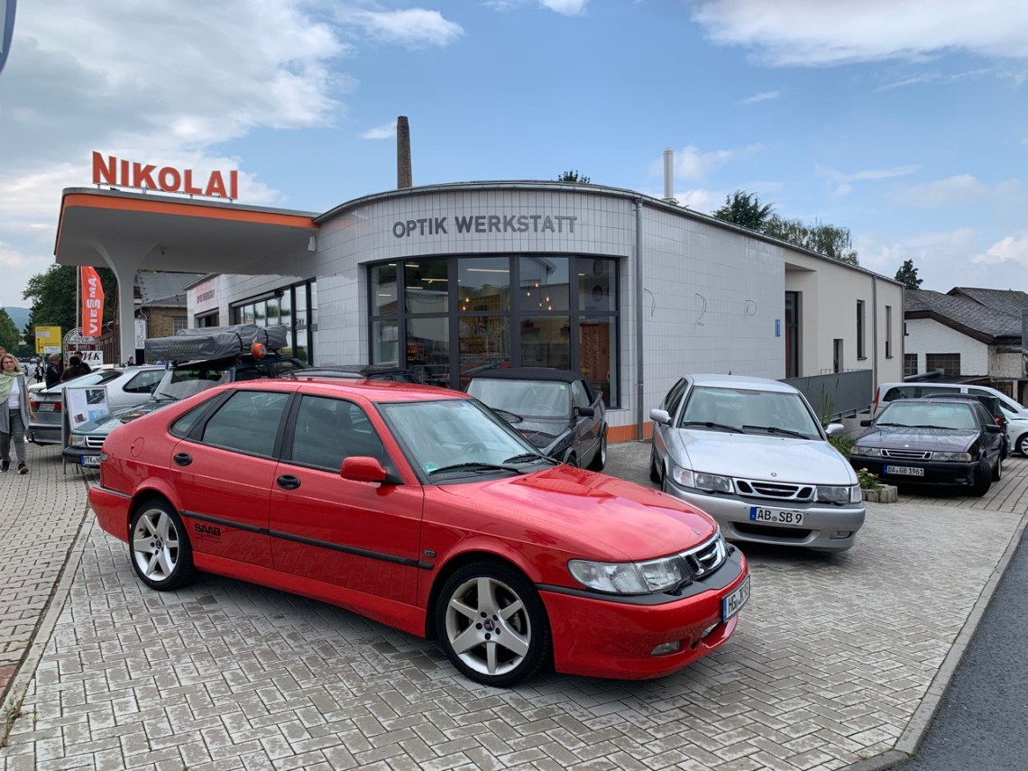 Saab à Kriftel devant la station-service Nikolai