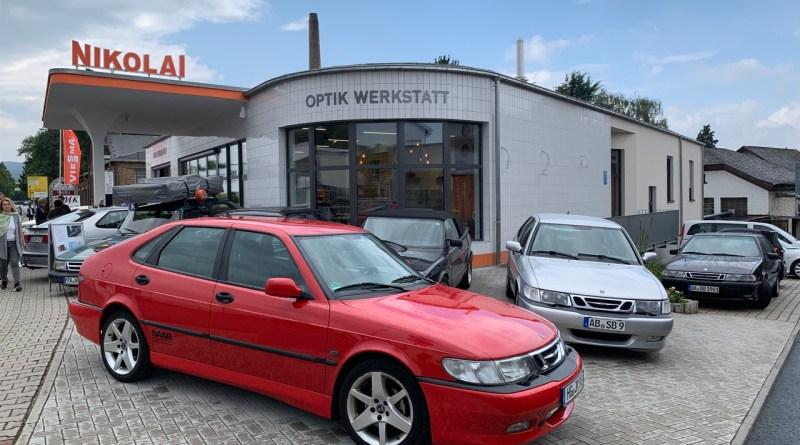 Saab in Kriftel voor het benzinestation Nikolai