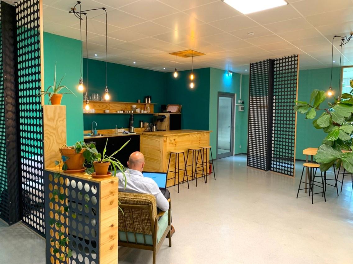 Кофе зона. Здесь также мебель используется во второй раз, чтобы сэкономить ресурсы