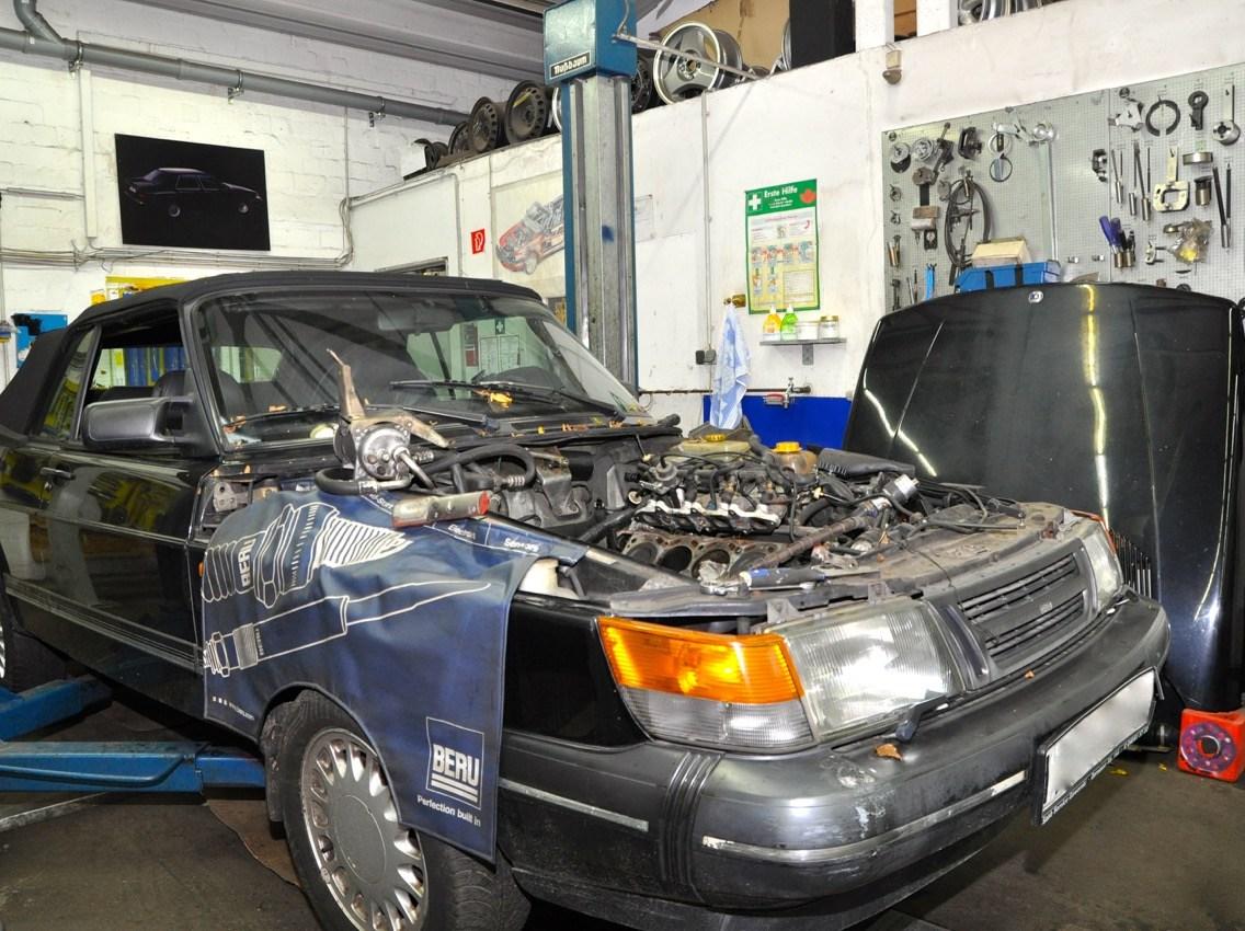 Saab 900 Cabriolet in der Werkstatt