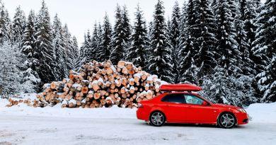Rode Saab in de sneeuw. Inzending van Daniel uit Tsjechië.