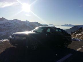 Em uma paisagem invernal, o Saab de Eric.