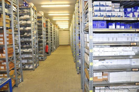 Um armazém grande e brilhante que é apenas um dos vários