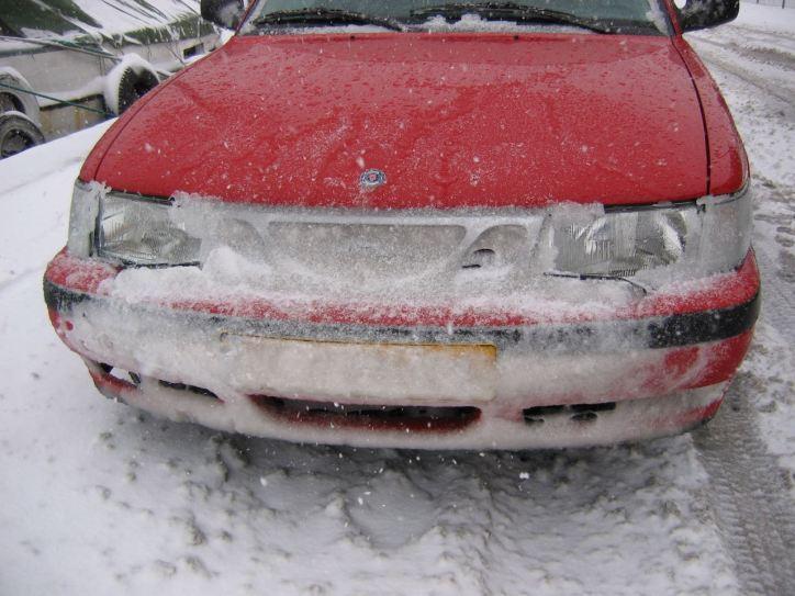 Ziemlich verschneit, der Saab von Robin aus den Niederlanden