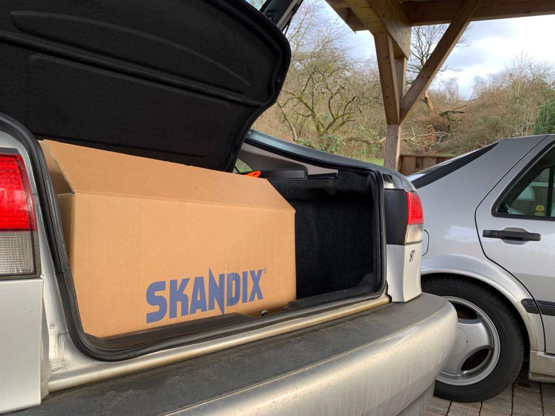 Großer Kofferraum ist gut. Das Skandix Paket, angekommen nach langer Fahrt.
