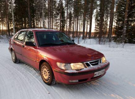 Anu rijdt met een 9-3 van de eerste generatie in Finland