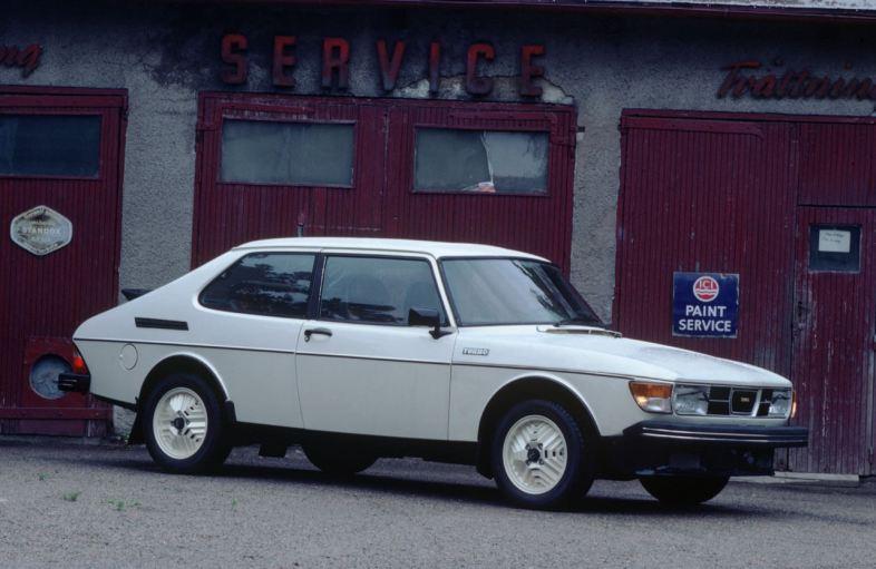 O começo de uma história de design. Saab 99 com o característico pilar C.