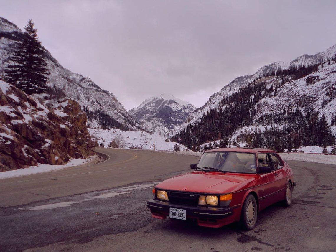 As montanhas rochosas. Stefan está na estrada com o 900.