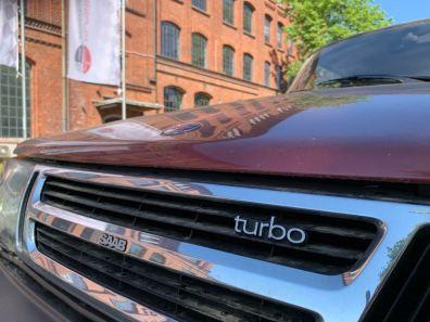 Тонкие надписи Turbo на гриле