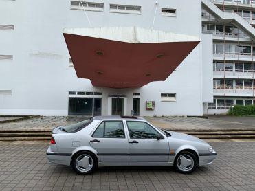 La Saab 9000 all'ingresso principale con la sua strana tettoia